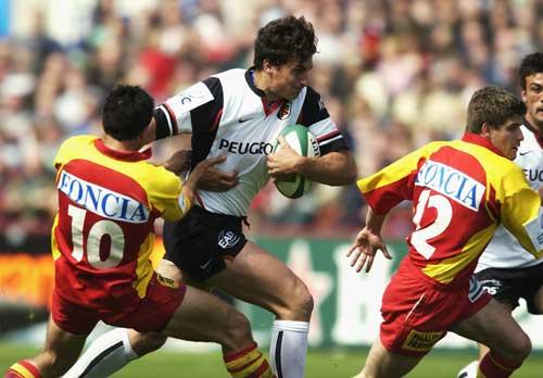 Yannick Jauzion attacks the Perpignan defence