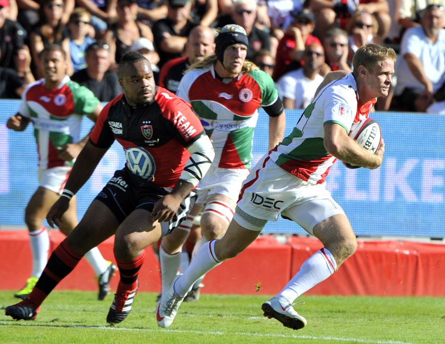 Biarritz fullback Iain Balshaw makes a break