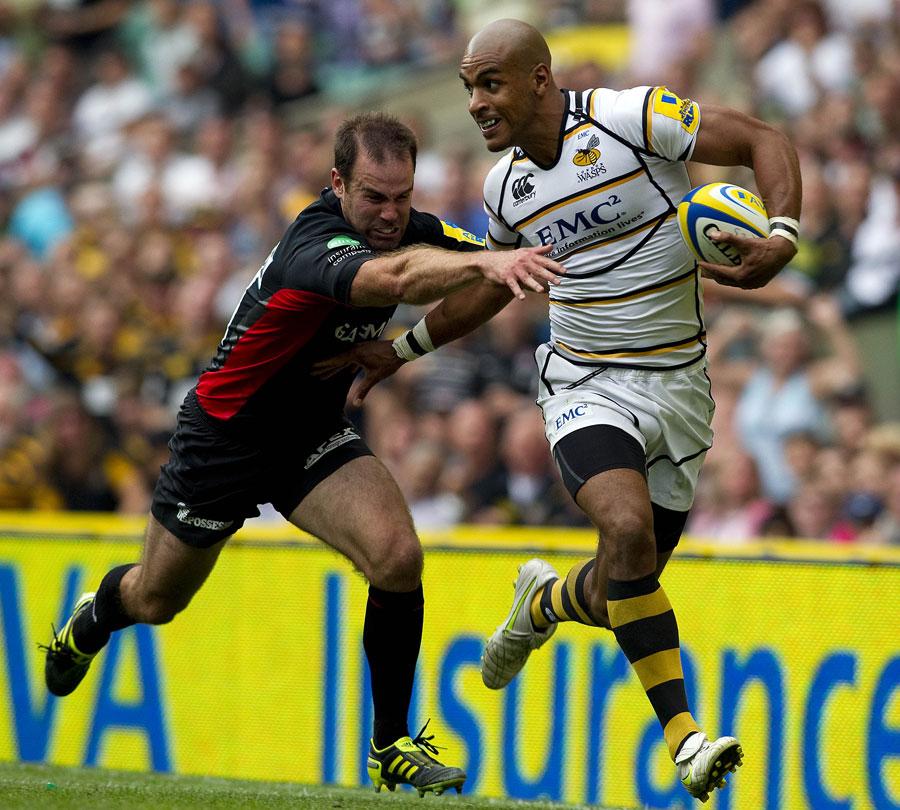 Wasps' Tom Varndell evades Saracens' Charlie Hodgson