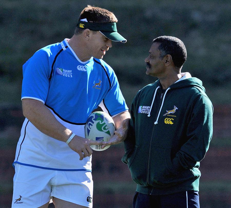 Springboks captain John Smit chats to coach Peter de Villiers
