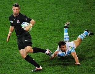 England's Ben Foden evades the tackle of Nicolas Vergallo