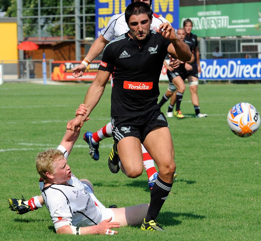 Aironi scrum-half Tito Tebaldi chases a bouncing ball