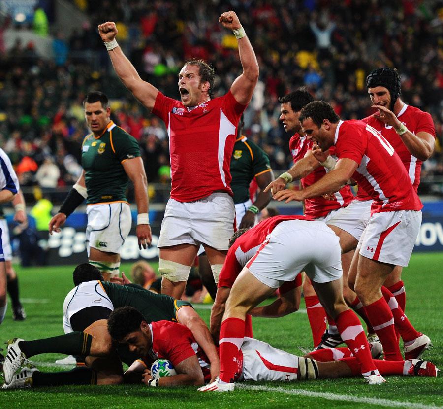 Alun-Wyn Jones celebrates Toby Faletau's try
