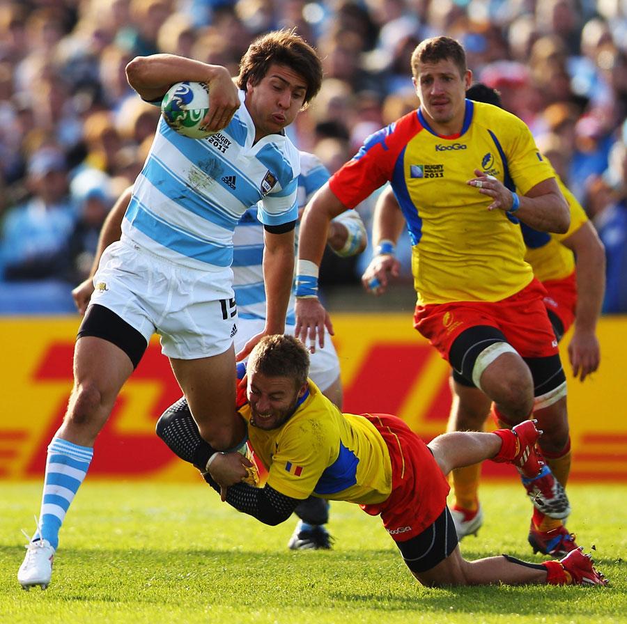 Argentina's Lucas Gonzalez Amorosino evades Romania's Florin Surugiu