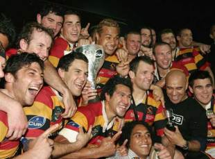 Waikato celebrate with the 2006 New Zealand Cup after defeating Wellington at Waikato Stadium, October 21 2006