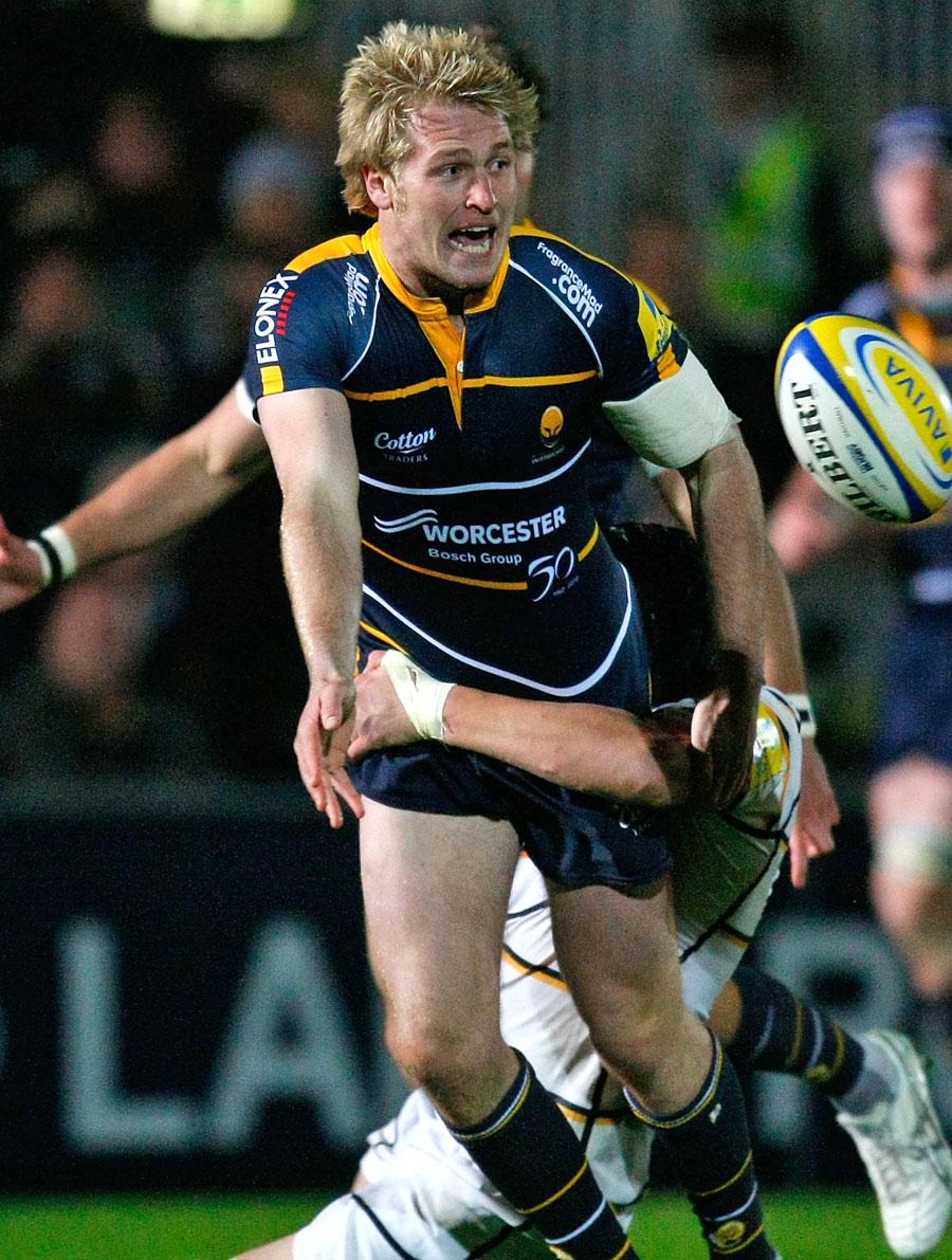 Worcester's Joe Carlisle shifts the ball