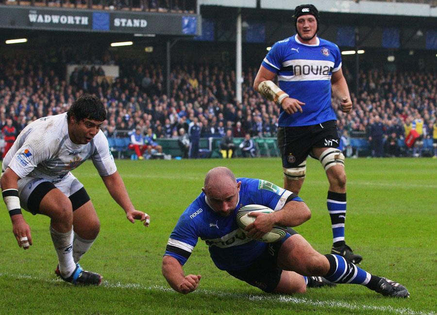 Bath's David Flatman dives over to score