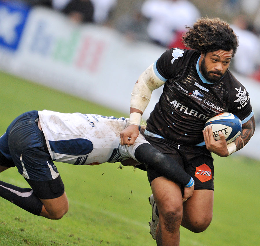Agen's Lisiate Faaoso charges forward