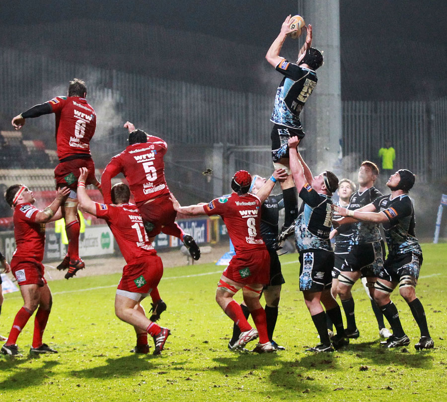 Glasgow's Tom Ryder lays claim to a lineout