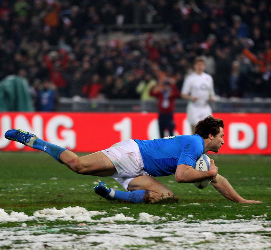 Italy centre Tommaso Benvenuti touches down
