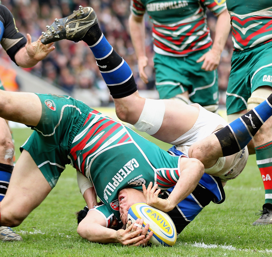 Leicester's Anthony Allen touches down against Bath