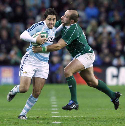 Horacio Agulla hands off Rory Best
