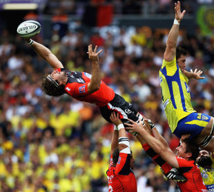 Toulon's Juan Martin Fernandez Lobbe stretches for the ball
