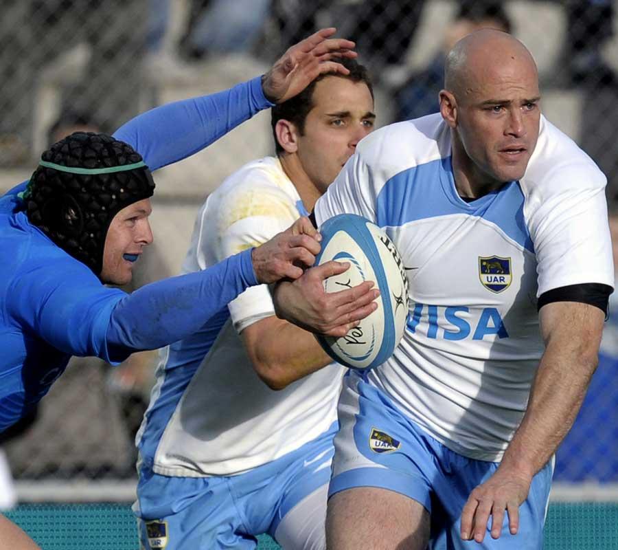 Argentina's Felipe Contepomi evades Italy fly-half Kris Burton