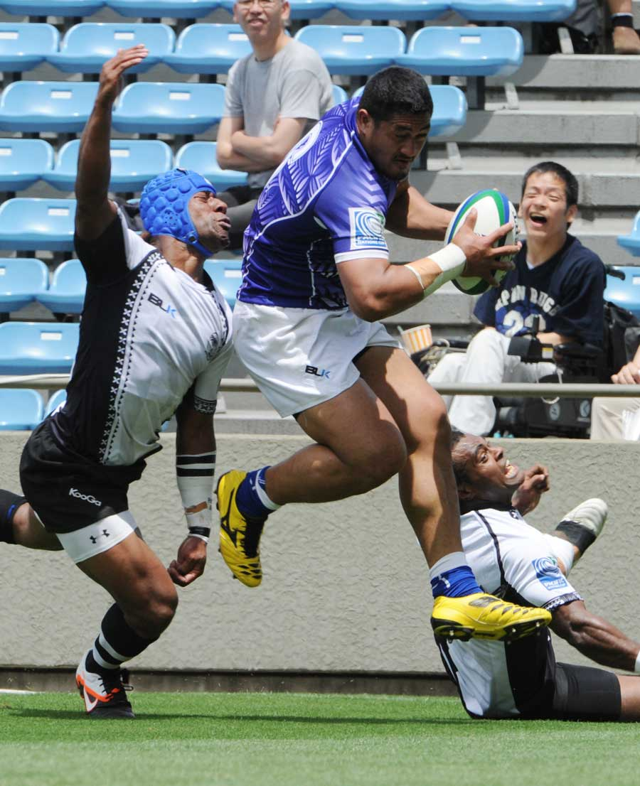 Samoa flanker Alafoti Fasilvia leaves Fijian defenders scrambling