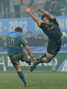 Leicester's Louis Deacon closes in on Treviso's Alberto Di Bernardo