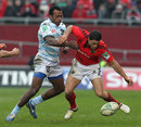 Racing Metro's Sireli Bobo and Munster's Doug Howlett vie for the ball