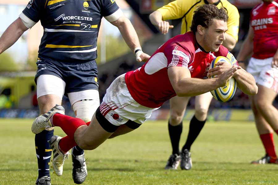 London Welsh's Tom Arscott scores
