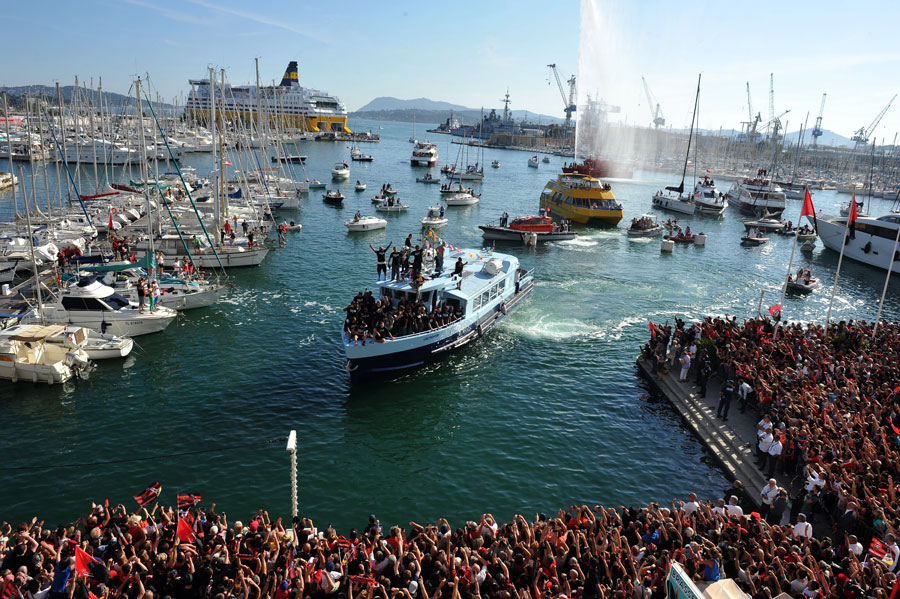 Toulon are welcomed home by thousands of fans