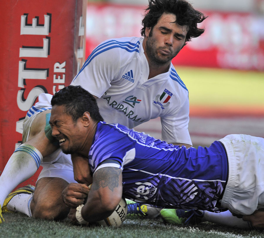 Italy's Luke McLean is too late to stop Samoa's James So'oialo from scoring