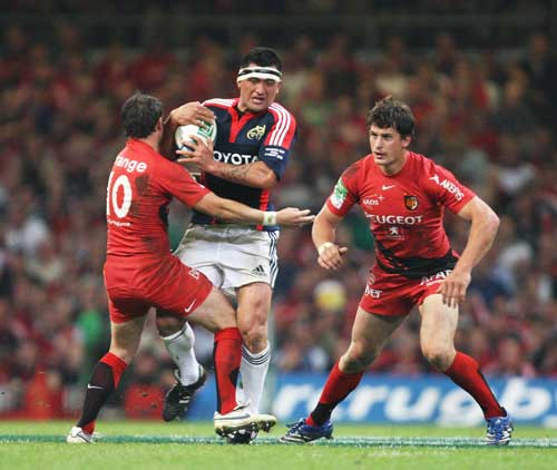 Munster centre Rua Tipoki charges into Jean-Baptiste Elissalde
