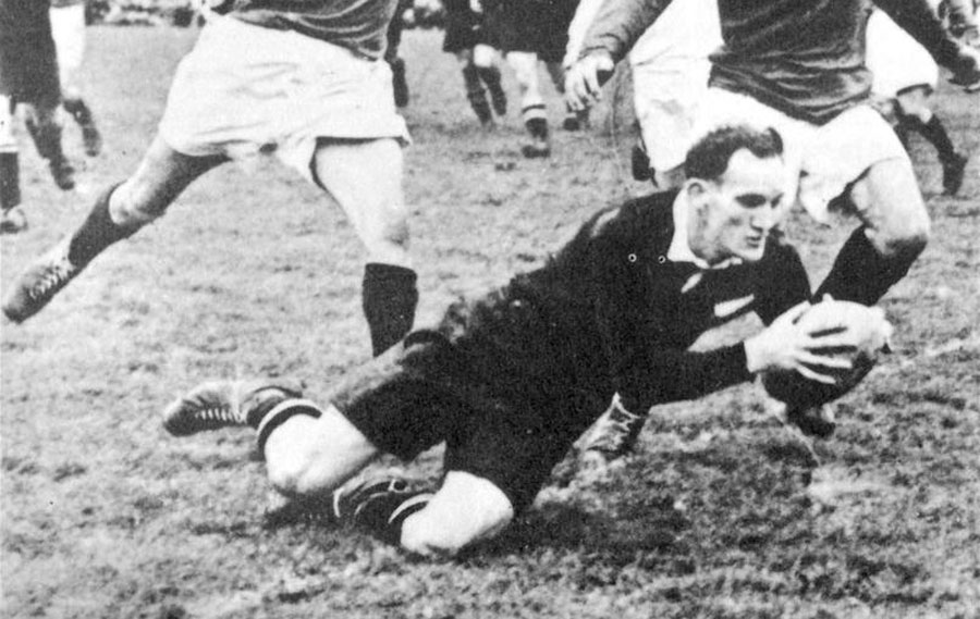 Ron Elvidge scores the vital try to draw the match