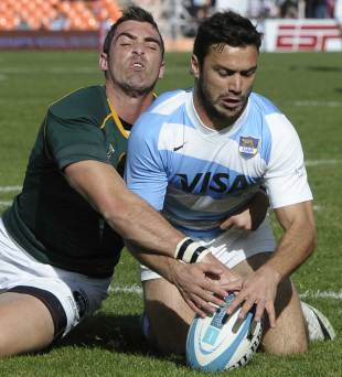 Argentina's Martin Landajo gets to the ball ahead of Ruan Pienaar, Argentina v South Africa, Rugby Championship, Mendoza, Argentina, August 24, 2013