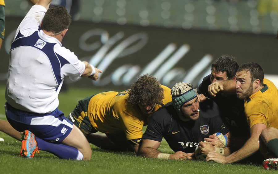 Referee Nigel Owens awards Juan Manuel Leguizamon's try