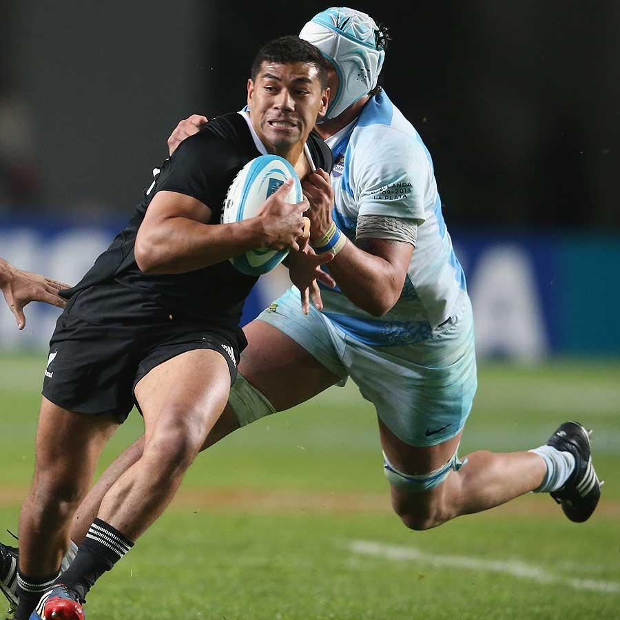 New Zealand's Charles Piutau charges upfield, Argentina v New Zealand, Rugby Championship, Estadio Ciudad de La Plata, La Plata, 28 September 2013