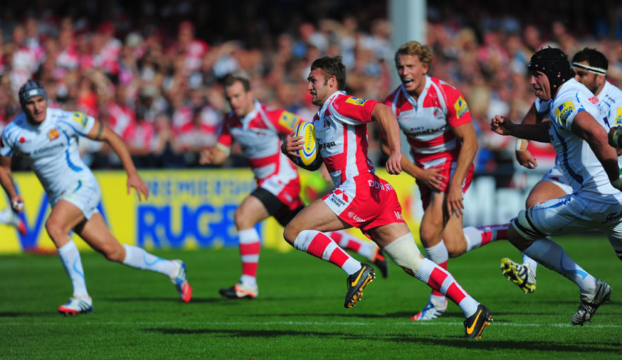 Gloucester fullback Martyn Thomas races away to score