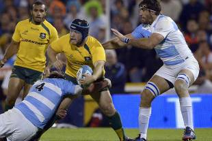 Australia's Benn Robinson offloads, Argentina v Australia, Rugby Championship, Estadio Gigante de Arroyito, Rosario, October 5, 2013