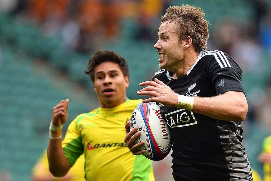New Zealand's Tim Mikkelson runs with the ball