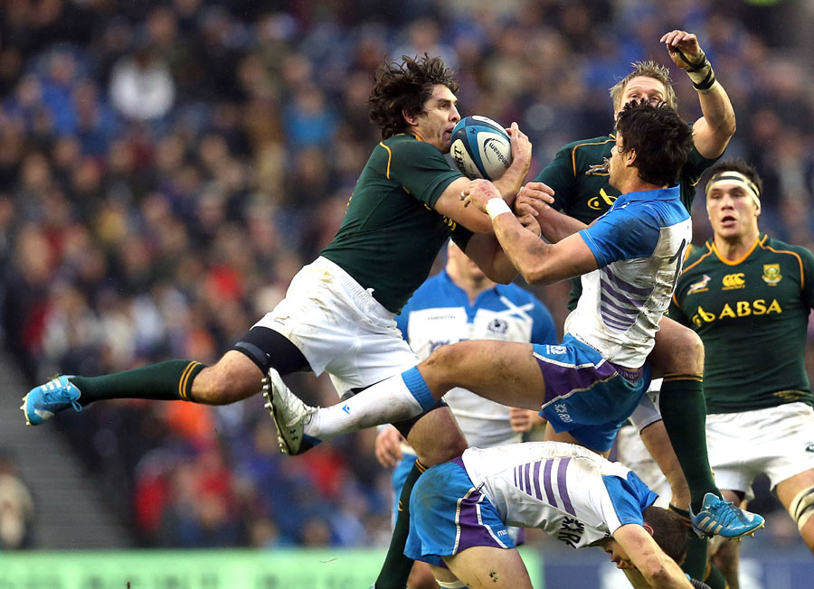 Willie le Roux jumps for the ball with Sean Maitland