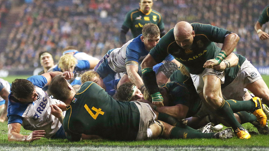 Coenie Oosthuizen scores South Africa's fourth try