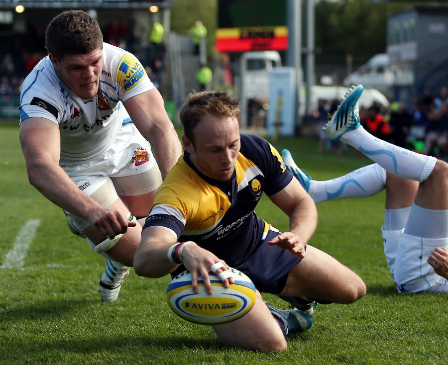 Chris Pennell of Worcester Warriors crosses for a try