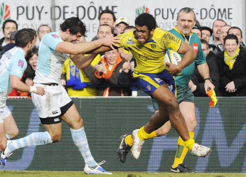 Clermont Auvergne winger Napolioni Nalaga fends off the Bayonne defence