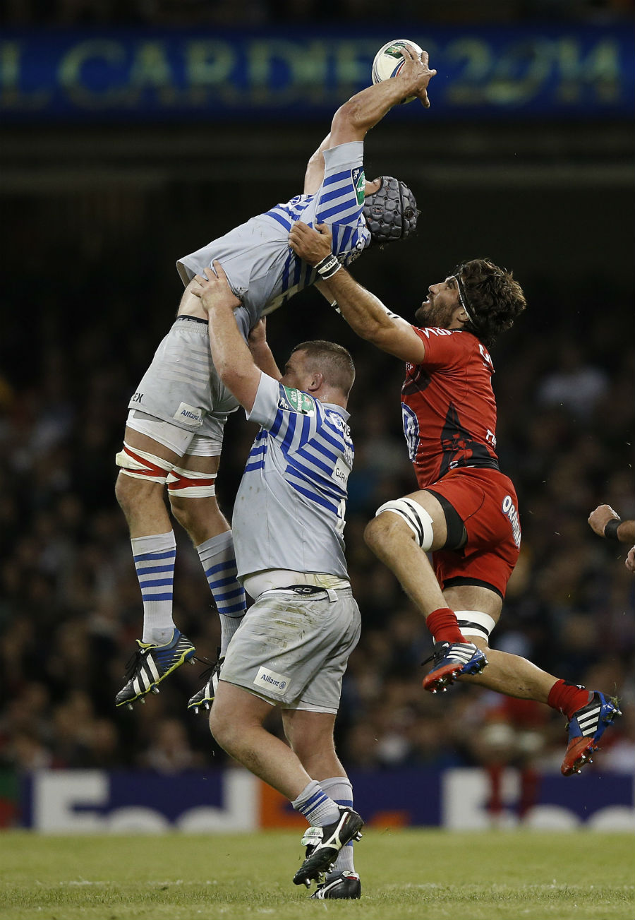 Juan Martin Fernandez Lobbe tackles Alistair Hargreaves in the air and earns a yellow card