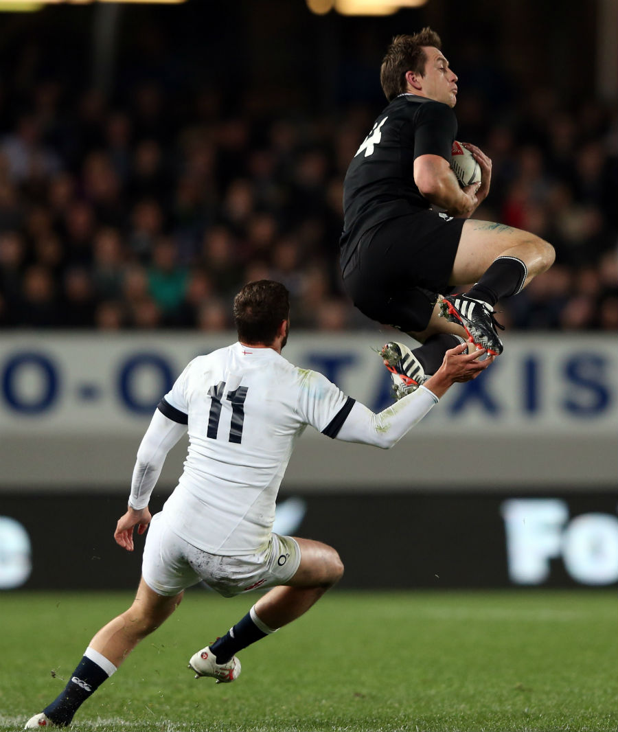 Ben Smith catches the high ball under pressure from Jonny May