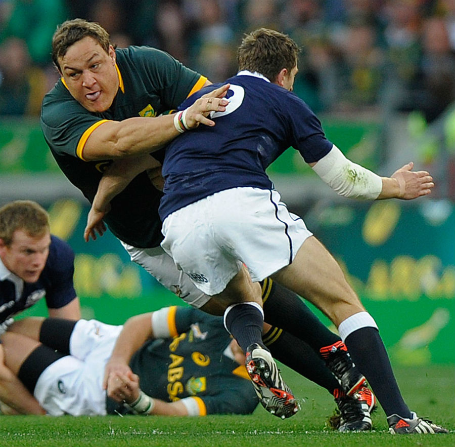 Coenie Oosthuizen is tackled