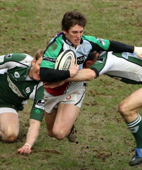 Harlequins' Tom Williams stretches the London Irish defence