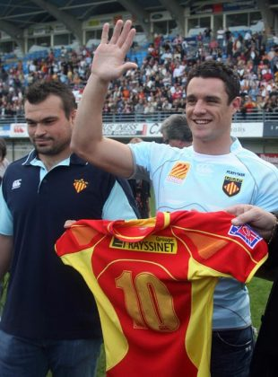 New Zealand's former All Black flyhalf Daniel Carter (R) salutes the audience next to Perpignan rugby club captain Nicolas Mas (L), as he poses with his new jersey, during his presentation at the Yves du Manoir stadium to his new club Perpignan, southwestern France, on September 22, 2008. The 26-year-old Carter joined the French club which is second in the Top 14 championship.