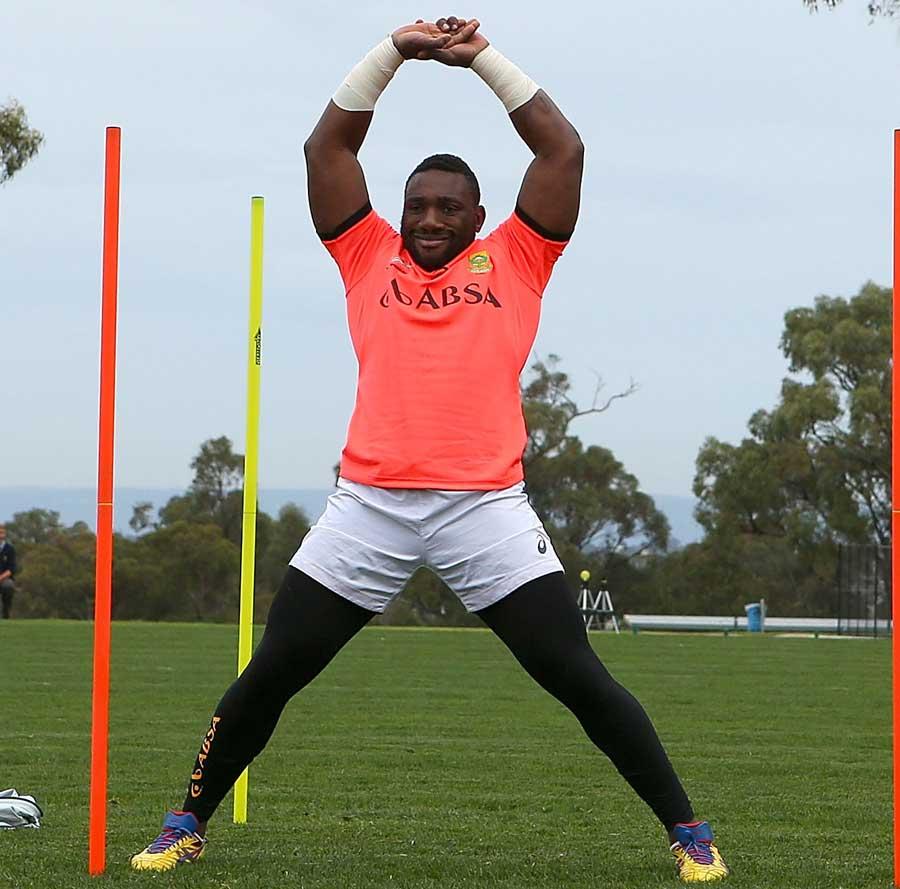 Springboks loose-head Tendai Mtawarira limbers up in training