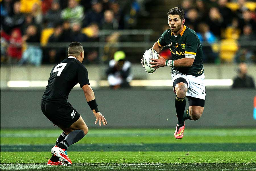 South Africa's Willie le Roux looks to beat New Zealand's Aaron Smith