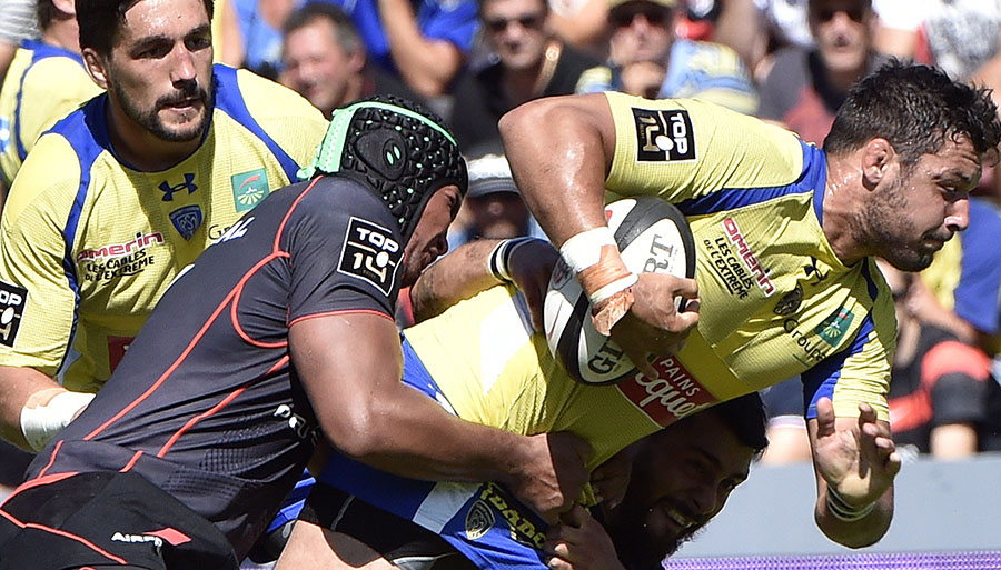 Thierry Dusautoir tackles Damien Chouly during Toulouse's clash with Clermont Auvergne