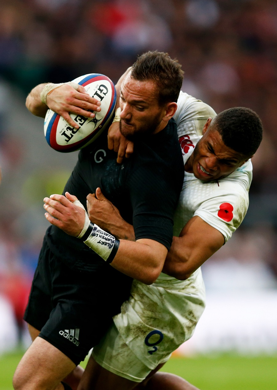 Aaron Cruden is tackled by Kyle Eastmond