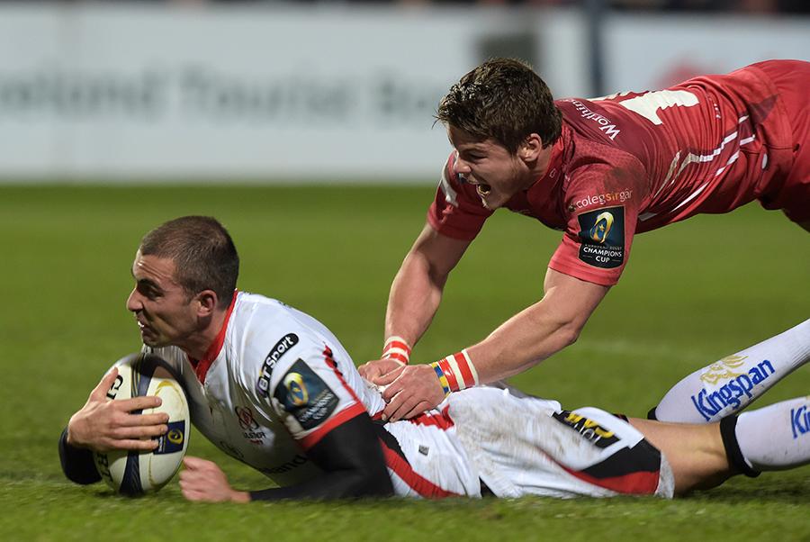 Ruan Pienaar evades Harry Robinson's tackle to go over