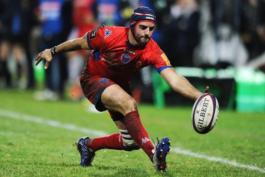 Grenoble fly-half Jonathan Wisniewski keeps the ball in play