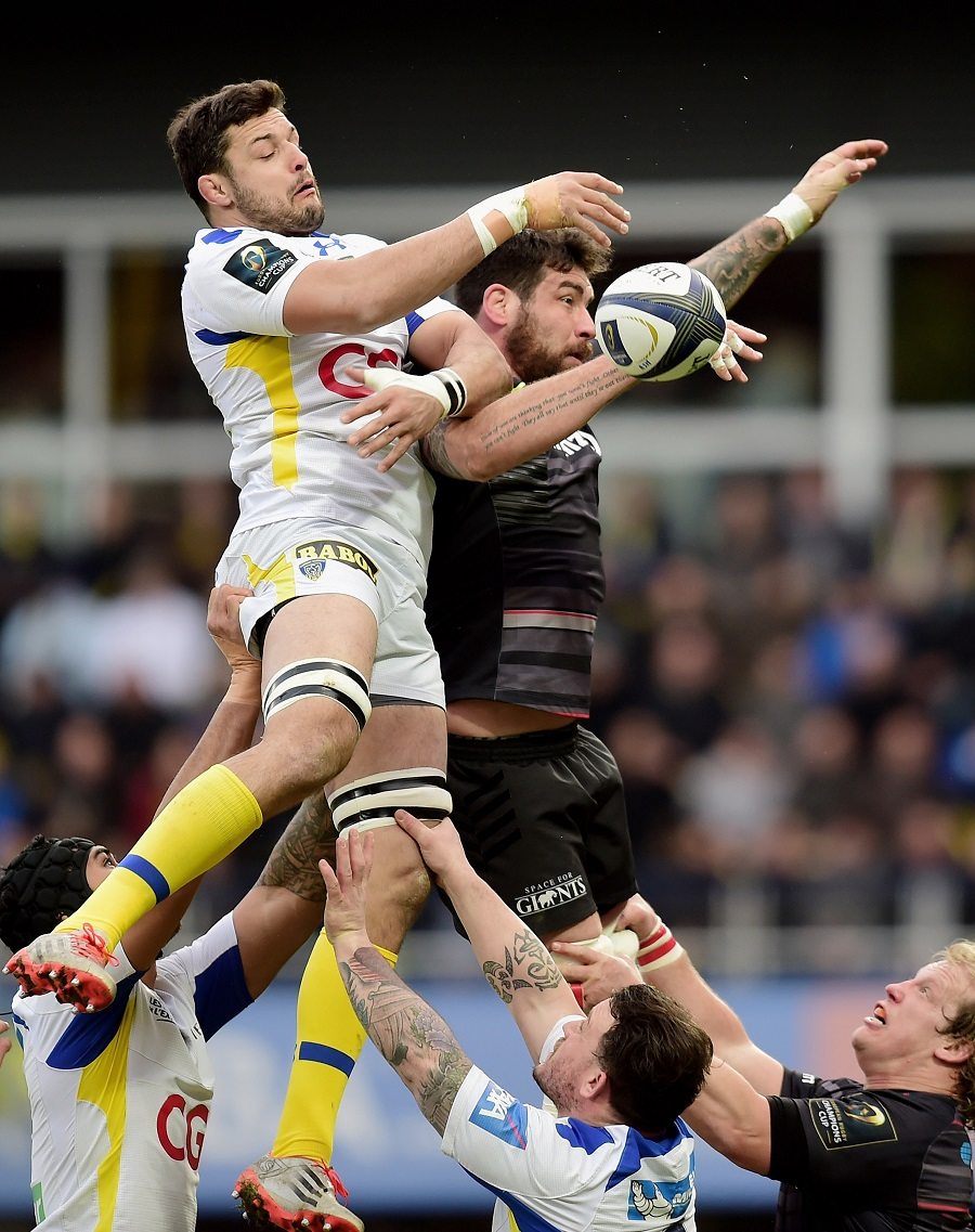 Damien Chouly and Jim Hamilton do battle at the lineout