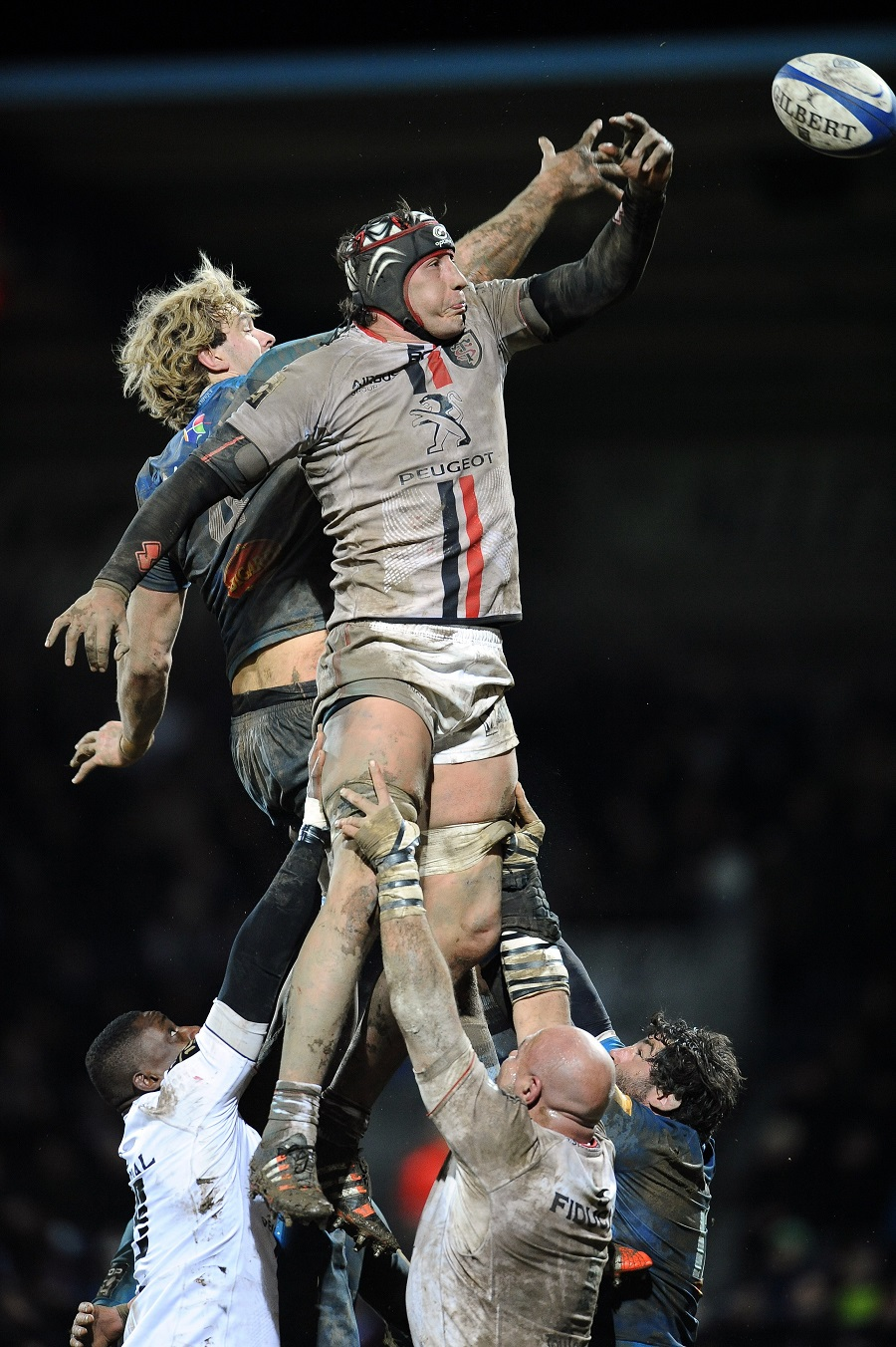 Richie Gray of Castres and Toulouse's Patricio Albacete do battle at the lineout