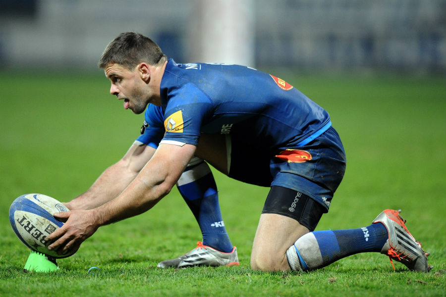 Rory Kockott prepares to take a penalty